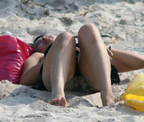 ビーチでマンスジ出ちゃってる水着姿の女の子の盗撮画像 39枚 No.21