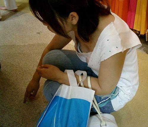 女の子の無防備な胸チラを盗撮したエロ画像 35枚 No.15