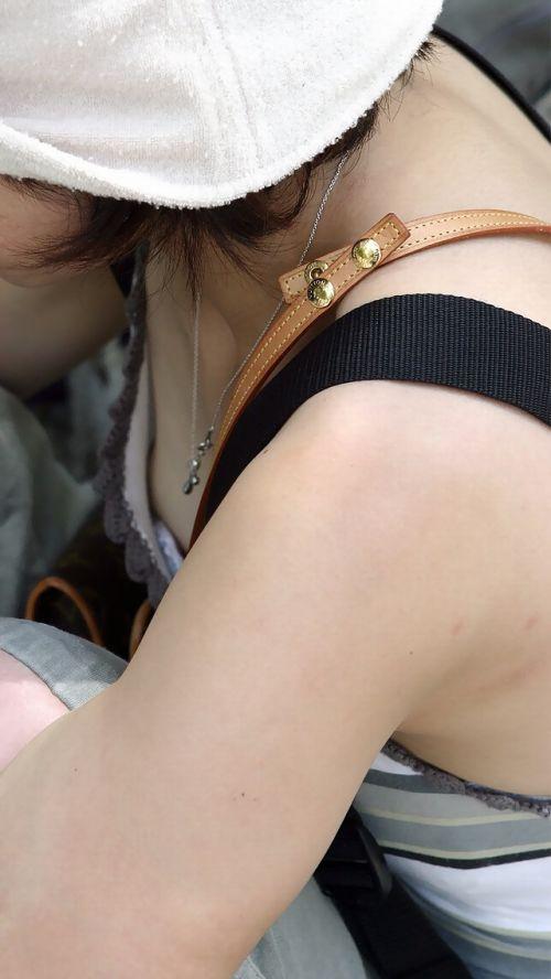 女の子の無防備な胸チラを盗撮したエロ画像 35枚 No.33