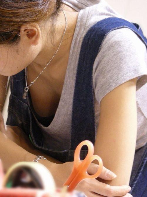 【盗撮画像】胸元緩めな前傾姿勢のお姉さんの胸チラエロ過ぎwww 39枚 No.6