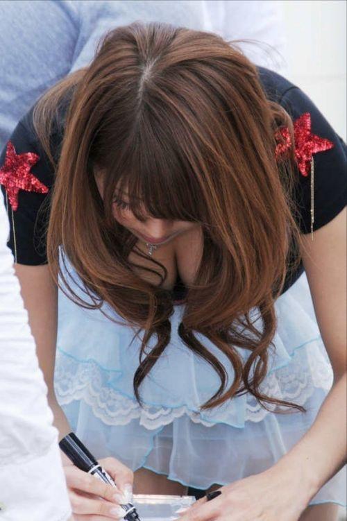 【盗撮画像】胸元緩めな前傾姿勢のお姉さんの胸チラエロ過ぎwww 39枚 No.12