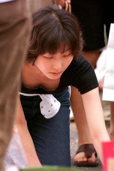 【盗撮画像】胸元緩めな前傾姿勢のお姉さんの胸チラエロ過ぎwww 39枚 No.13