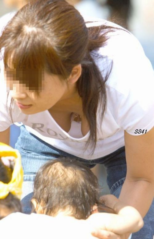 【盗撮画像】胸元緩めな前傾姿勢のお姉さんの胸チラエロ過ぎwww 39枚 No.23