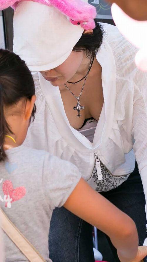 【盗撮画像】胸元緩めな前傾姿勢のお姉さんの胸チラエロ過ぎwww 39枚 No.24