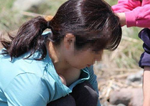 【盗撮画像】胸元緩めな前傾姿勢のお姉さんの胸チラエロ過ぎwww 39枚 No.33