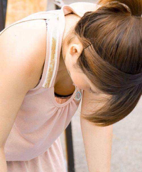 【盗撮画像】胸元緩めな前傾姿勢のお姉さんの胸チラエロ過ぎwww 39枚 No.38