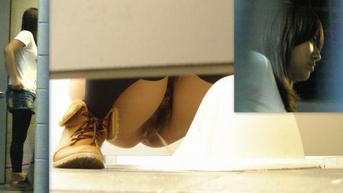 和式トイレでお○っこしているお姉さんを前方から盗撮激写画像 36枚 No.16