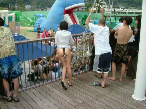 ビーチでTバックのお尻を盗撮!合法で露出しまくりな女の子画像 35枚 No.21