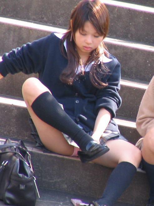 【盗撮画像】地面に座り込むJKのパンチラ率が異常なんだが^^ 39枚 No.3