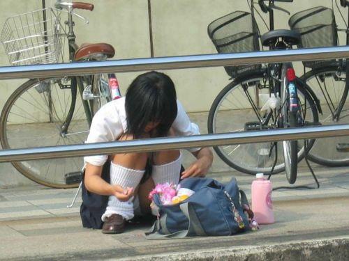 【盗撮画像】地面に座り込むJKのパンチラ率が異常なんだが^^ 39枚 No.6