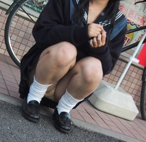 【盗撮画像】地面に座り込むJKのパンチラ率が異常なんだが^^ 39枚 No.10