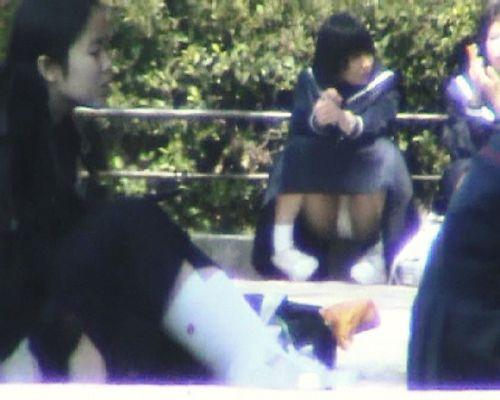 【盗撮画像】地面に座り込むJKのパンチラ率が異常なんだが^^ 39枚 No.11