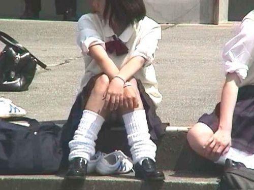 【盗撮画像】地面に座り込むJKのパンチラ率が異常なんだが^^ 39枚 No.35