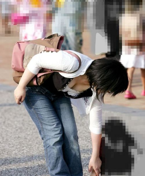 【胸チラ盗撮画像】前傾姿勢の女性!安心してください。見えてますよ! 40枚 part.2 No.9