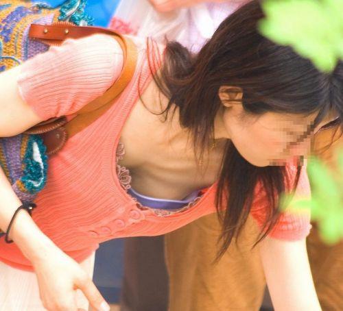 【胸チラ盗撮画像】前傾姿勢の女性!安心してください。見えてますよ! 40枚 part.2 No.11
