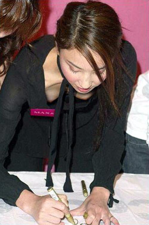 【胸チラ盗撮画像】前傾姿勢の女性!安心してください。見えてますよ! 40枚 part.2 No.12