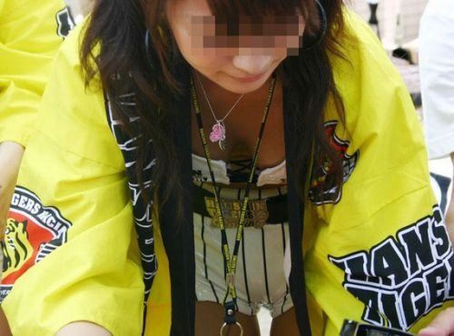 【胸チラ盗撮画像】前傾姿勢の女性!安心してください。見えてますよ! 40枚 part.2 No.14