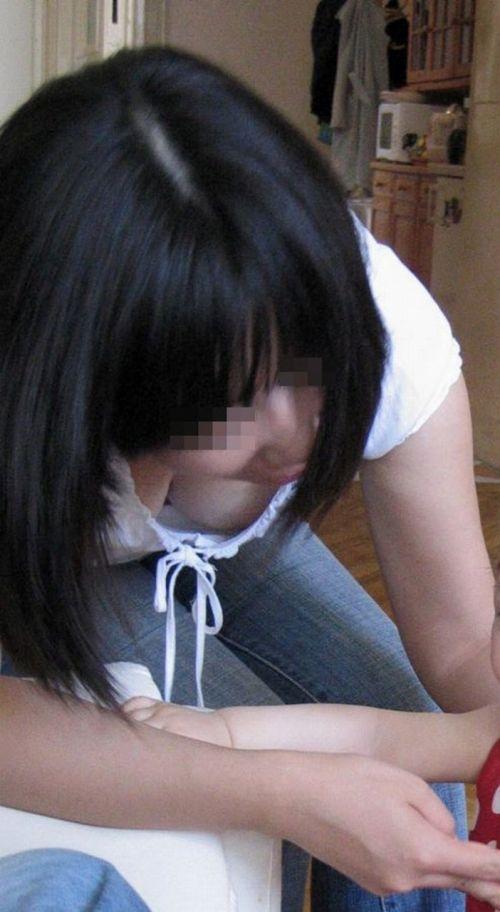 【胸チラ盗撮画像】前傾姿勢の女性!安心してください。見えてますよ! 40枚 part.2 No.18