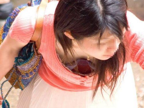 【胸チラ盗撮画像】前傾姿勢の女性!安心してください。見えてますよ! 40枚 part.2 No.20