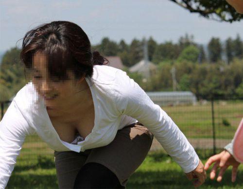 【胸チラ盗撮画像】前傾姿勢の女性!安心してください。見えてますよ! 40枚 part.2 No.28