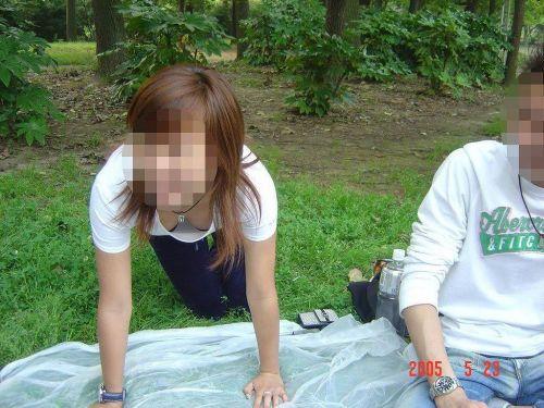 【胸チラ盗撮画像】前傾姿勢の女性!安心してください。見えてますよ! 40枚 part.2 No.30