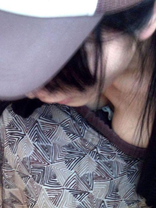 【胸チラ盗撮画像】前傾姿勢の女性!安心してください。見えてますよ! 40枚 part.2 No.38
