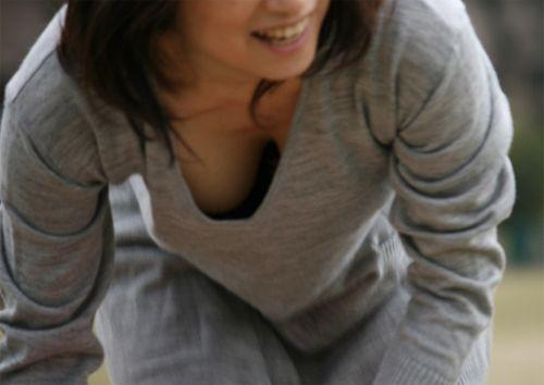 【胸チラ盗撮画像】前傾姿勢の女性!安心してください。見えてますよ! 40枚 part.2 No.40