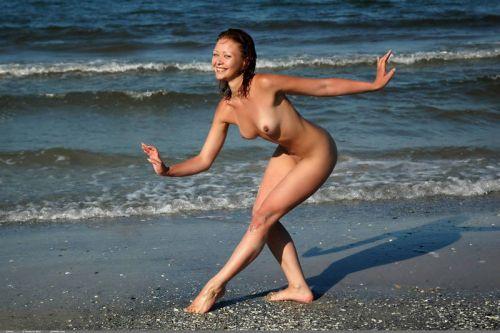 【画像38枚】ヌーディストビーチってエロい美女しかいないのな! No.16