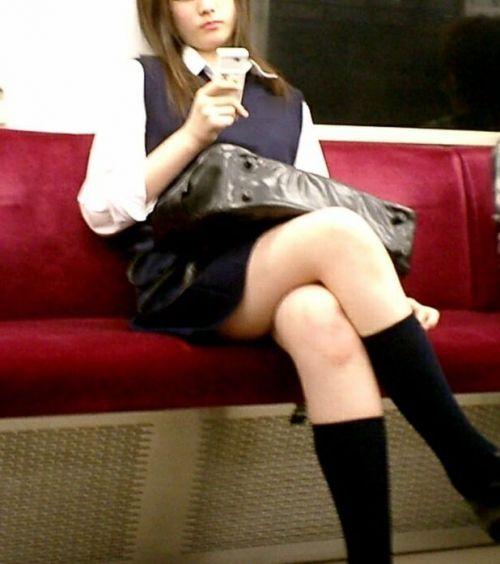 電車通学のおぼこいJKがガードゆるゆるでパンティ丸見えだわwww No.4