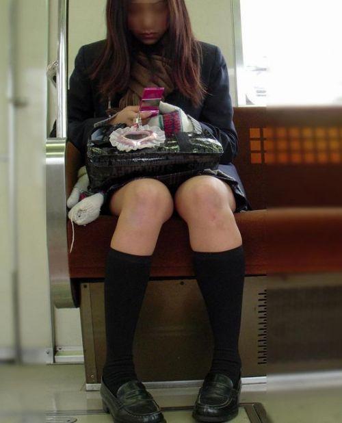 電車通学のおぼこいJKがガードゆるゆるでパンティ丸見えだわwww No.6