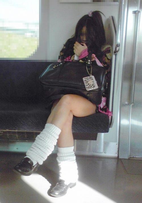 電車通学のおぼこいJKがガードゆるゆるでパンティ丸見えだわwww No.8