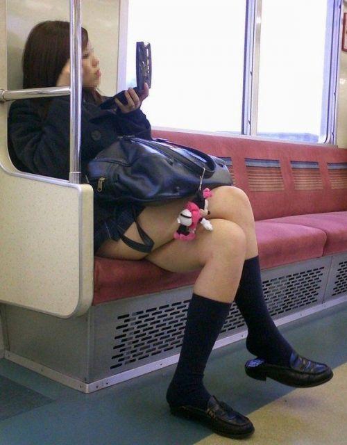 電車通学のおぼこいJKがガードゆるゆるでパンティ丸見えだわwww No.9