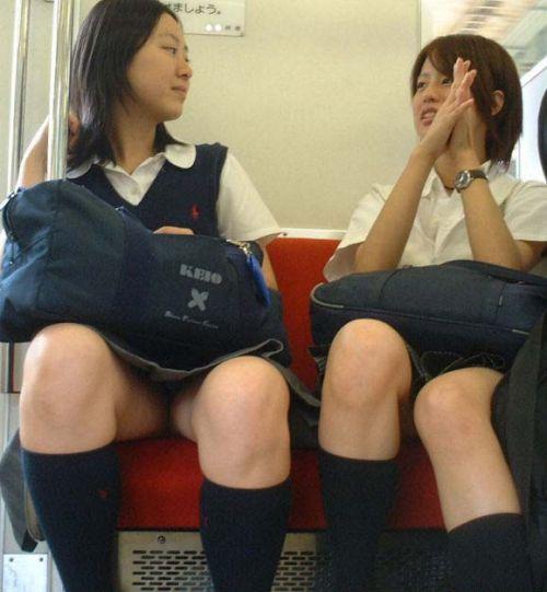 電車通学のおぼこいJKがガードゆるゆるでパンティ丸見えだわwww No.10