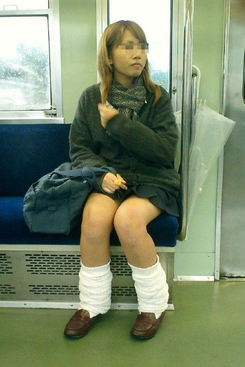 電車通学のおぼこいJKがガードゆるゆるでパンティ丸見えだわwww No.14
