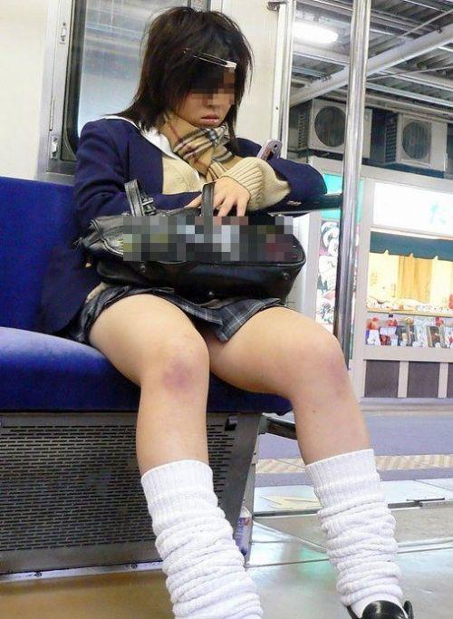 電車通学のおぼこいJKがガードゆるゆるでパンティ丸見えだわwww No.15