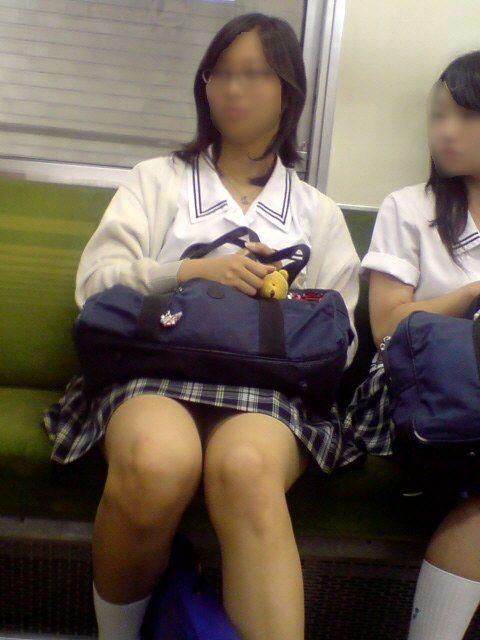 電車通学のおぼこいJKがガードゆるゆるでパンティ丸見えだわwww No.21