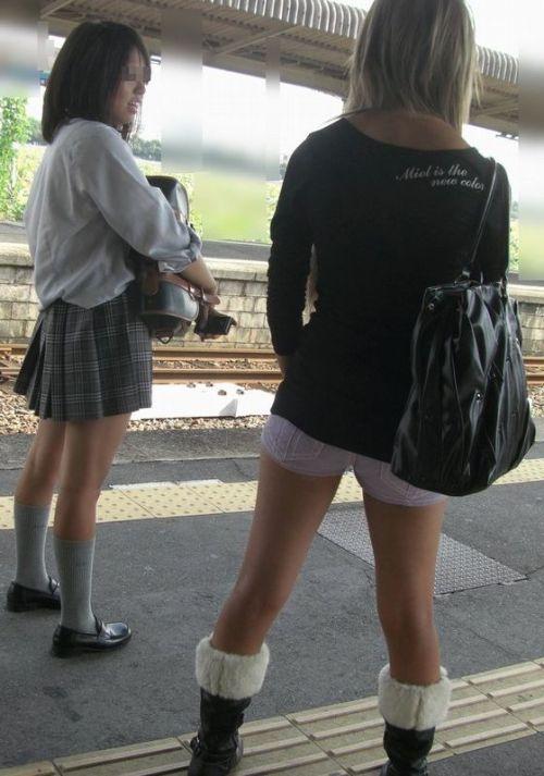 電車通学のおぼこいJKがガードゆるゆるでパンティ丸見えだわwww No.23