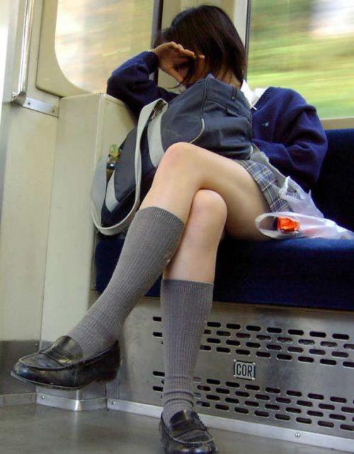 電車通学のおぼこいJKがガードゆるゆるでパンティ丸見えだわwww No.26