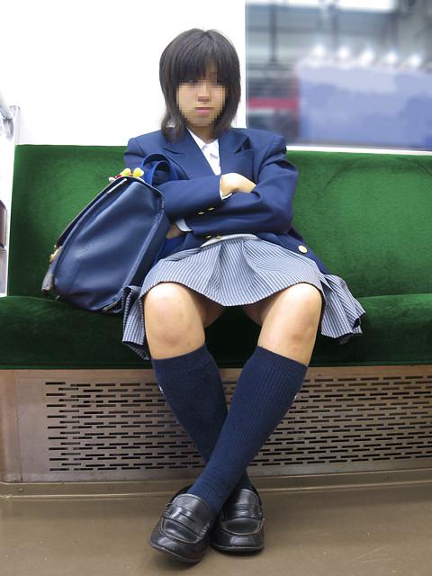 電車通学のおぼこいJKがガードゆるゆるでパンティ丸見えだわwww No.30