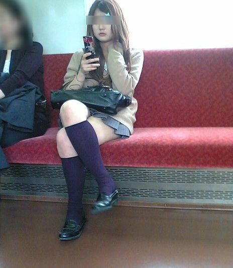 電車通学のおぼこいJKがガードゆるゆるでパンティ丸見えだわwww No.32