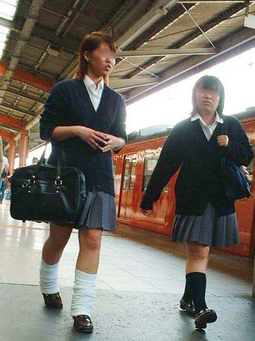 電車通学のおぼこいJKがガードゆるゆるでパンティ丸見えだわwww No.35
