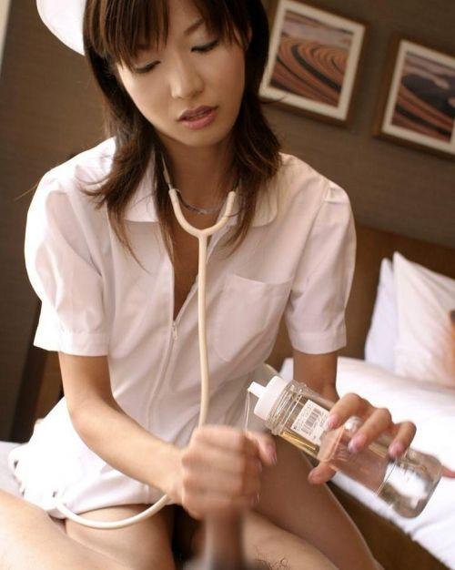 看護師(ナース)が手コキでお世話する気持ち良さそうなエロ画像 29枚 No.6