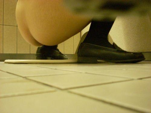 和式トイレでお尻とアナルが丸出しになってる女性の盗撮画像 No.8