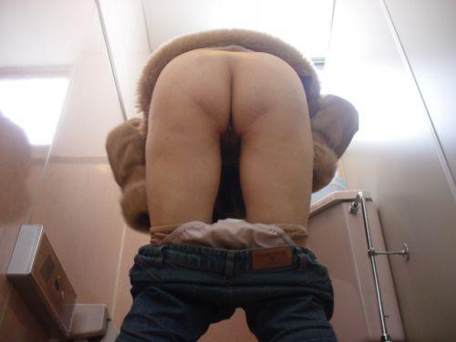 和式トイレでお尻とアナルが丸出しになってる女性の盗撮画像 No.23