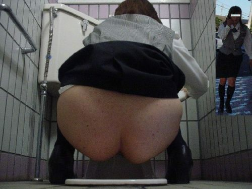 和式トイレでお尻とアナルが丸出しになってる女性の盗撮画像 No.25