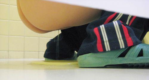 和式トイレでお尻とアナルが丸出しになってる女性の盗撮画像 No.29