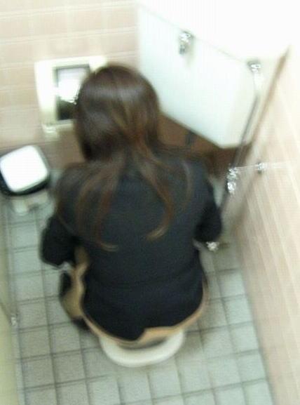 和式トイレでお尻とアナルが丸出しになってる女性の盗撮画像 No.30