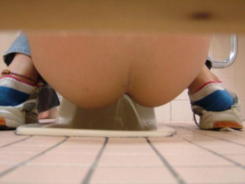和式トイレでお尻とアナルが丸出しになってる女性の盗撮画像 No.31