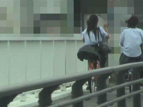 ミニスカJKが自転車に乗ってパンチラや美脚を見せつける盗撮画像 No.1