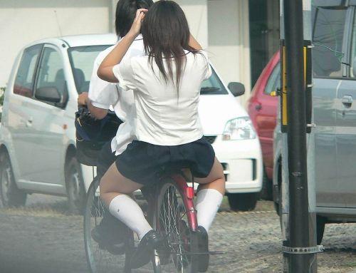 ミニスカJKが自転車に乗ってパンチラや美脚を見せつける盗撮画像 No.4